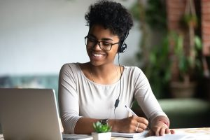 Jeune adulte en visioformation avec un ordinateur portable