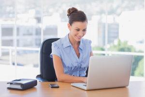 jeune femme devant son ordinateur