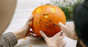 Image avec une citrouille découpée pour Halloween