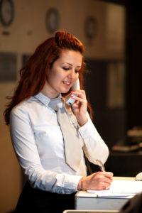 Réceptionniste prenant un message en anglais