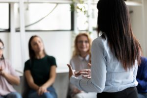 Quelle est la différence entre « say » et « tell » en anglais ?